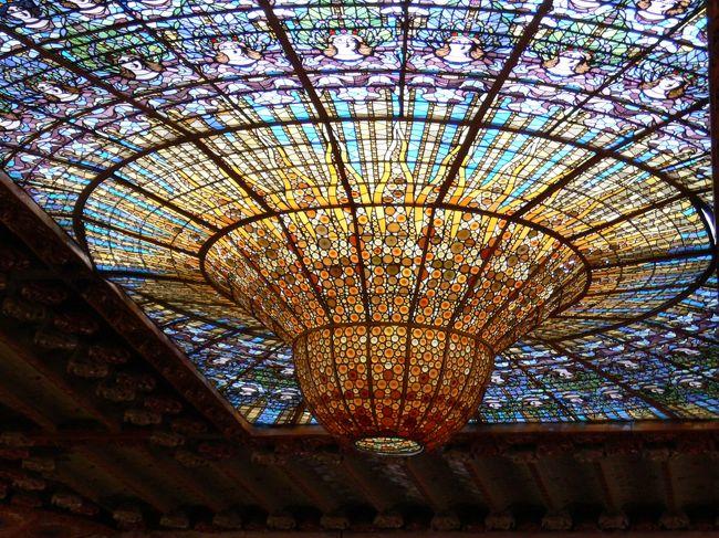 バルセロナのラ・リベラ地区にあるカタルーニャ音楽堂は必見です!<br />1997年に世界遺産になりました。<br /><br />自由見学は出来ません。専門ガイドと一緒に入り、50分ぐらいのツアー(55人)に参加します。早く予約した方はいいです。<br /><br />https://www.catalunya-kankou.com/barcelona/palau-de-la-musica-catalana-barcelona.html