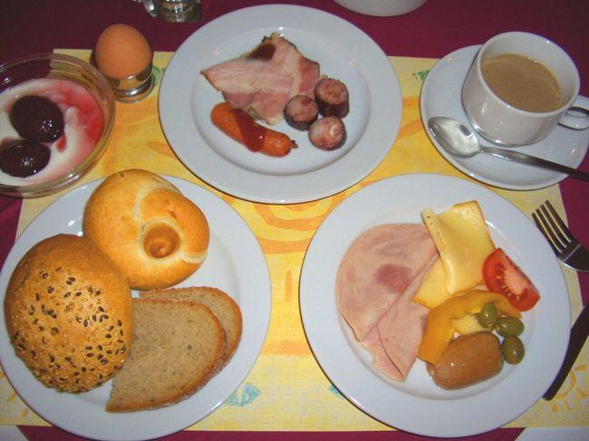 プラハで食べたもの。<br /><br />これはホテルの朝食。<br /><br />旅先では食欲旺盛になる。<br />