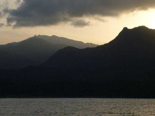 種子島空港からレンタカーを借りて一路種子島南部へ!対岸に光り輝く屋久島を眺めつつ、西之表港からトッピーで一路屋久島へ、夕焼けに染まる屋久島の峰々が美しいっ!