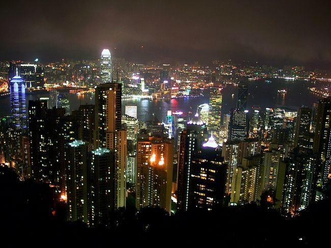 2日目の後半。<br />3回目にして(通算では5回目)初めて見られるかどうか!?<br />山頂(ビクトリアピーク)から見る香港島の夜景!!<br />昼間の天気はまずまずだったのですが、夕方から徐々に雲が下り始めて参りました。<br /><br />では、運を天に任せて、天星碼頭のバスターミナル(Car Park)から、2階建てオープンバスでピークトラムまで参りま~す!<br />