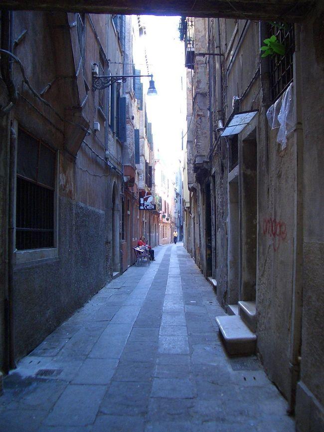 イタリア南下旅行。<br /><br />どの都市もそれぞれカラーがありました。<br /><br />ミラノはお洒落な街。オープンテラスでじーっと道行く人を見ているだけでファッション雑誌を見ているよう。とにかく、ファッショナブル。<br /><br />ヴェネチアはまるで絵本の中にいるかのような気分にさせてくれる。街全体が本当に素敵。水の都。<br /><br />フィレンツェは街並みが本当に美しい。ミケランジェロの丘から見える古都フィレンツェは何時間でも見ていられるほど。<br /><br />ローマは世界史の教科書を覗いている感じ。歴史を直に感じられた。ここで食べた窯焼きピッツアは最高でした♪