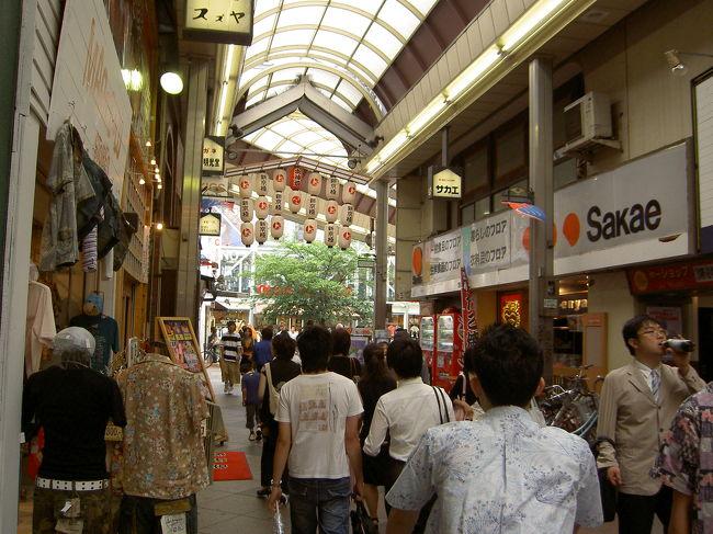 15,6年ほど前、中・高校生の頃、休日遊びに行っていた京都 四条川原町周辺。<br />何年かぶりに訪ねます。<br /><br />朝方のひどい雨は止み、少し空は明るくなっています。<br />アーケードがあるから雨は関係ないけど、京都特有の湿度の高い夏の空気を久しぶりに味わいました。