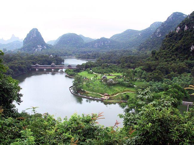 『何と言う広い公園!!』の感動の下、龍潭公園の旅行記は続きます。<br /><br />ここは自然と人工とがマッチしている、中国の町中に有る公園の中では稀に見る構成を呈している所だと思います。<br />その美しい公園紹介の続きでは、最後は小山に上がり眼下を見下ろしてきました。<br />是非、続きをご堪能ください。