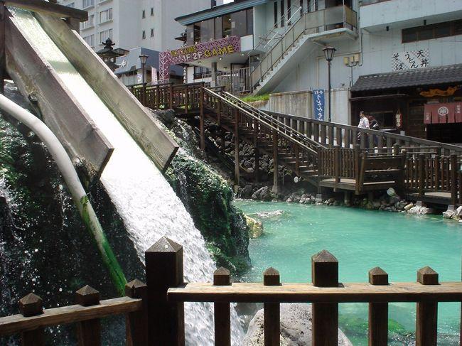 2年前に入った六合(くに)村の「応徳温泉やすらぎの湯」が忘れられず、はるばるやって来た。<br />六合村は草津町のとなり。<br /><br />今回は初めて草津町の草津温泉に先に入った。<br />スバラシイ! 感動した! さすが草津!日本イチ!<br />やっぱり温泉は硫黄温泉だ。<br />アルカリ温泉は体にやさしいが、ガン!と体に効くのは酸性の硫黄温泉である。(これ当方の単なる主観)<br />なかでも、草津で元々地元の人たちが利用していた共同浴場は、正真正銘の「源泉かけ流し」である。<br /><br />硫黄系で草津温泉が日本一なら、カムチャッカ温泉(ロシア)は世界一だ!と思う。<br />カムチャッカ温泉も火山の湯を、そのまんま引いているので効くは、効くは、、、連日の疲れも一発で吹っ飛ぶ。<br />カムチャッカ温泉⇒http://4travel.jp/travelogue/10107106<br /><br />草津の湯はそれほどでもなかったが、日本では一番。と思う。<br />(こんな比較とランキングは、自分だけの主観です。他の人はマネをしないで下さい。)