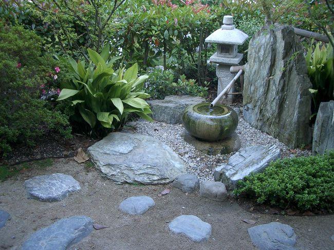 ニースから日帰りで行ったモナコでのお散歩。<br />地図を見て、是非見てみたかったのが、この日本庭園。<br />海沿いにある日本庭園まではカジノから歩いても5分くらい。<br /><br />日本を離れて生活してる私にとっては、<br />とても印象深いステキな日本庭園でした。<br />その前に歩きつかれちゃって、行くのを迷いましたが、行ってよかった!<br /><br />そんなモナコの日本庭園の様子です。<br />モナコの旅行記は他に「モナコ大公宮殿周辺」「カジノ周辺」「グレース王妃のバラ園」「モナコ海洋博物館&水族館」があります。<br />