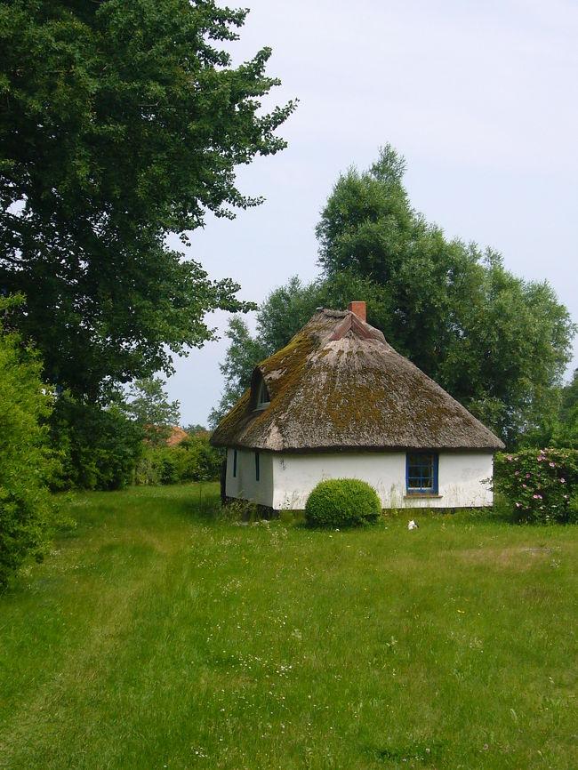 今回旅した北ドイツの「Insel Ruegen」には、日本の藁葺き屋根の家を思わせる古い家がいっぱいでした!<br /><br />そんな古くて味わいのある建物の写真をまとめてみました♪