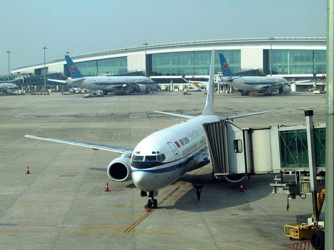 今回4月24日から、およそ3ヶ月に及ぶ広州滞在。<br />お盆の祭事などが有るので一旦帰国する事にした。<br /><br />広州からは南方航空が関空へ直行便を飛ばしているが、競合が居ないせいか、これがメチャ「高い!」<br /><br />上海や北京では、中国系の航空会社なら3000元弱で往復可能だが、広州からは5500元!<br />これは日本から広州往復が5万円前後(4.8~5.2万:3400~3700元)で取れる事を考えると、同じ航空会社なのに何故こんなに割高何だろう・・・???と考えてしまう。