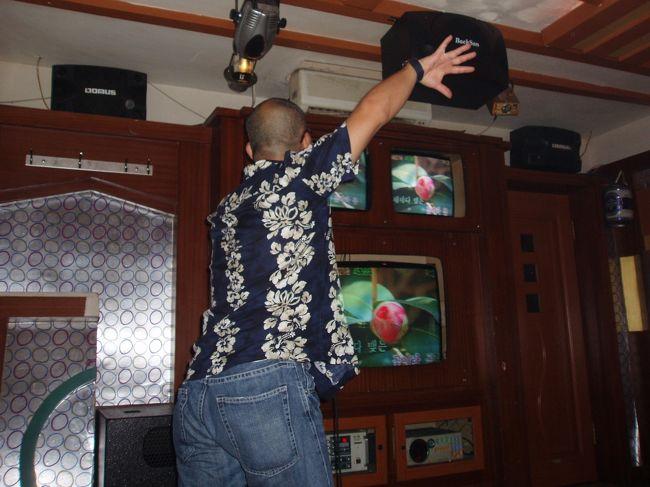 """7月29日(土)、""""延辺日本人会 夏の親睦会""""を開きました。参加者25名で盛大に・・・<br /><br />写真は三次会のカラオケ屋さんで北朝鮮の歌に合わせ見事なステップで踊るSさん。この腰を見てください。実はこの方・・・後半部分にその秘密が・・・。"""