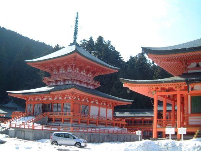今年1月に比叡山に行っておりました。そろそろ写真の整理をしようと思って、勝手な都合ですがUP致します。2006年1月15日、前日からの雪で信州(南信)でも積雪は20cm以上でした。15日の昼、高速バスで中央高速を抜けて名古屋駅到着、新幹線のぞみで京都へ。のぞみの利用はダイヤ改正で非常に便利になり、大抵の場合『のぞみ』を利用します。名古屋〜京都間は30分ですから、別に座らなくともと、いつも立ちんぼ覚悟で、どの車両にでも乗っています。案内にならないんで申し訳ないです。指定席を取られていれば名鉄高速バスターミナル3Fから新幹線は早足でも5分以上は必要、乗り換えには十分余裕を持ったほうが宜しい。この日は、目的の場所があったんですが、キャンセルになり、年初でもあり比叡山に出向きました。琵琶湖側の坂本からケーブルで上がりました。下の駅では清清しい気分で散歩がてらでしたが、ケーブルカーで途中まで行くと、雪が目立つようになりました。名古屋を過ぎてから関が原辺りが、積雪30cm程度は有りましたので予想はしていましたが、背広と革靴の出張帰りの格好では、比叡山駅の積雪量に思わず動揺しました。<br />野暮な説明はしませんので、写真をご覧あれ。場違いな格好ながら、重装備のハイカー尻目に、確り写真だけは撮ってきました。<br />山を越えて、帰りは京都市側のケーブルカーで下山、正月早々なかなか味わえぬ経験をさせて頂きました。当然、比叡山延暦寺にも参拝してきております。自然に迎え入れられるか、叩き落とされるか微妙なところに思わぬ喜びが待っていることが多いです。そんな紙一重の日の良き思い出です。時間的なところでは、上がったのは朝9時半過ぎ、下山したのは14時頃であり、京都駅へは14時40分頃の到着でした。ケーブルはどちらも10分程度、雪中ハイキングは所要時間1時間弱でした。