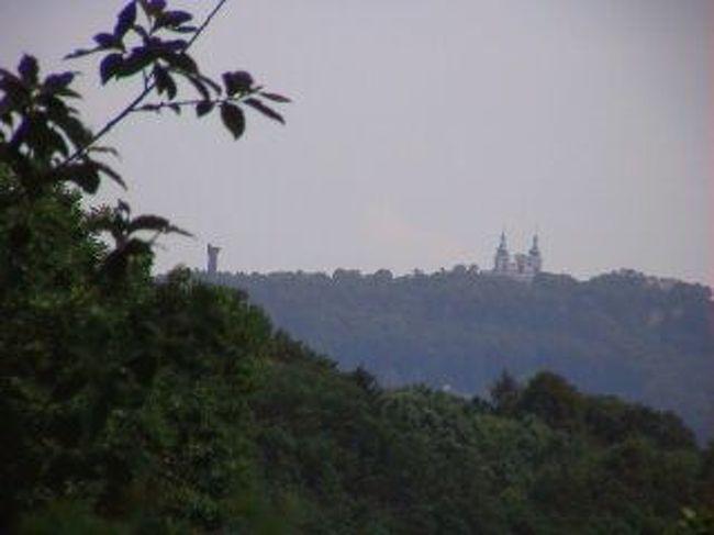 クルノフ<br />チェコ東北イエセニーキ山脈にクルノフという町がある。<br />国土をぐるりと外国に取りまかれているチェコでは<br />国境の町というのはたくさんあるがその国境の町のなかの一つ。<br /><br />クルノフはかなり大きな地図でないとのっていません。<br /><br />写真はポーランドへ歩いて渡り,後ろのクルノフ近郊の<br />山頂を眺めたもの。<br />左にタワー,右に教会が見えます。<br />