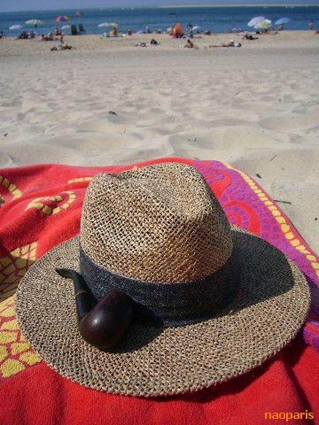 連日、残暑が続くボルドー(30℃越してます・・・)<br /><br />今年初めての海!!<br /><br />ボルドーから車で45分くらいのヨーロッパで一番背の高いピラ砂丘の麓の海岸。かなりの人が!!<br /><br />気温30℃<br />水温22℃