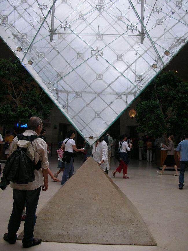 パリにもすっかり慣れてきました。<br />この日はパリに来て初めて雨が降っていました。(朝だけですが)<br />メトロの乗りこなし方も、もうすっかりパリっ子と同じはず♪<br /><br />ルーブル美術館、オランジェリー美術館で芸術に触れたあと、モンブランで有名なアンジェリーナでランチ。<br />そのあと再度サントシャペルに向かいました。<br />そして2度目の敗北…。<br />このあとオペラ座界隈に戻って、ギャラリーラファイエットやプランタンで少しお土産や夕飯を買いました。<br />6日目にヴェルサイユ宮殿に行く予定で、当初は自分たちで行くつもりだったのですが、最終日ということで不安もあったのでANAのデスクでツアーを申し込みました。<br />この選択が後に後悔を誘うことになります。<br /><br />☆4日目観光スポット&食事☆<br />○ルーブル美術館<br />○オランジェリー美術館<br />○チュイルリー公園<br />○ノートルダム寺院(2回目)<br />○サントシャペル(目の前まで行っただけ)<br />○ギャラリーラファイエット、三越パリ、プランタン<br />・昼→鳥の丸焼きランチ、モンブラン、ホットショコラ :アンジェリーナ(1区)<br />・夜→お惣菜色々、パン :プランタンメンズ館2階の食料品売り場でテイクアウト