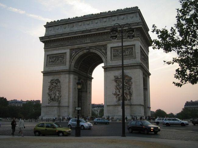 お勧め度:★★★★★<br /><br />凱旋門です。<br /><br />思っていたよりもぜんぜん大きかったです。<br />エッフェル塔と同じで4本の脚で支えられていて、それぞれの脚が入り口になっています。<br />一番上は展望台になっていてパリの街を一望する事が出来ます。<br /><br />もちろん、エッフェル塔よりは断然低いのですが、ここから見る景色は特別です。<br />この広場を中心に放射線状に何本も通りが作られていて、ここから見ると、どこを見ても同じ景色が見える錯覚に陥ります。<br />とにかくパリの街は美しいですね。<br />また、見せ方もすごくうまいです。<br />パリ市の都市計画として、建物の高さが一律どれくらいまでと条例などで決められているそうですが、それだけではなく、一歩踏み込んで、人間の目にどう映るかというところまで考えて都市計画を考えているそうです。<br /><br />納得ですね!!<br />それくらいしないと、この美しさは表現できないと思います。<br /><br />ただ、ひとつ残念なのは、車の渋滞がすごいことです。<br />何本もの通りが集まっている性格上どうしようもないのかもしれませんが、コンコルド広場と同様にロータリーになっていて、すごい事になっています。<br />フランスは車の車線があるのか無いのか、よくわからない程、ぐちゃぐちゃに走っているのでなおさらです。<br /><br />せっかくの景観がもったいないなと思ってしまいます。<br /><br />【行き方】<br />M1,2,6 「Charles de GaulleEtoile」駅下車<br /><br />【見学可能時間】<br />10:00〜22:30<br />