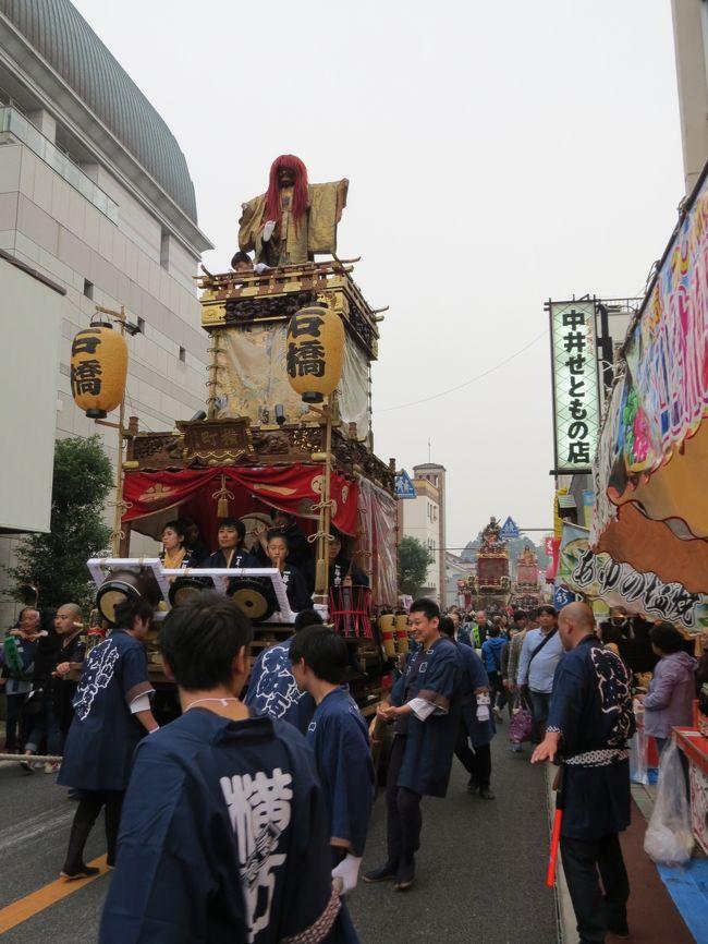 300年の歴史と伝統を誇る佐倉の祭礼、日本遺産の「佐倉の秋祭り」の紹介です。佐倉の秋祭りは、毎年10月の第二の金・土・日曜日に開催されます。今年(平成30年)は、10月12.13.14日の15:00~22:00頃に新町通り周辺で開催されます。麻賀多神社大神輿の宮出しは、12日15:00頃、宮入りは、14日21:30頃です。山車(だし)・御神酒所(おみきしょ)・神輿(みこし)の新町通り総曳きは、13日17:00~21:00です。この他にも、山車・御神酒所の町内周辺曳き廻しや町内御輿の巡行、お祭り広場でのお囃子共演・総踊りなど盛りだくさんの行事が予定されています。<br /><br /> 秋の夜空に鳴り響く佐倉囃子の笛と太鼓の音、山車や御神酒所、神輿が城下町を練り歩き、威勢のいい掛け声が心にしみる。「エッサ エッサ エッサッサ」、「エッサノ コラサノ エッサッサ」を繰り返し、扇子を持って踊る。江戸中期より続く秋祭りは、麻賀多神社、神明神社、愛宕神社、八幡神社の祭礼で、麻賀多神社の大神輿渡御や各町内の勇壮な山車・御神酒所・神輿の曳き廻しで沸き返ります。「佐倉新町江戸まさり」とも称された賑わいをお楽しみ下さい。今年も3日間で26万人以上の人手があると予想されています。<br /><br /> 駐車場が少ないので、京成佐倉駅を利用してください。南口から坂を昇りきった突き当たりの佐倉市立美術館を左折し、市営駐車場がお祭り広場です。10月13日(土)は中日で、17時~21時に、山車や御神酒所、神輿の総曳き・競演があり、お祭り広場前で繰り広げられる21町内の踊りと「はなぐるま」は、壮観です。早めに行って、麻賀多神社と新町商店街の散策もお勧めです。<br /><br />2006/10/14 第1版<br />2011/10/16 第2版<br />2012/10/13 第3版<br />2013/10/12 第4版<br />2014/10/11 第5版<br />2015/10/10 第6版<br />2016/10/15 第7版<br />2018/10/13 第8版<br />