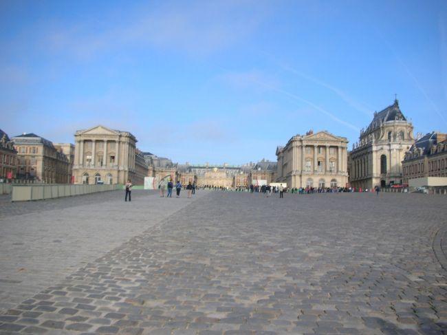 <br /><br /><br /><br /><br />パリ滞在最後の日です。<br />今日でパリを去るなんて信じられない、離れたくないという気持ちでいっぱです。<br />今日はパリの朝市マルシェに立ち寄って、ヴェルサイユ宮殿に連れて行ってもらうツアーに参加です。<br /><br />☆6日目観光スポット&食事☆<br />○マルシェの朝市<br />○ヴェルサイユ宮殿<br />○オペラガルニエ<br />○ギャラリーラファイエット、三越パリ、プランタン<br />・昼→ギャラリーラファイエット6階のフードコート(グルメコート?)<br />・夜→機内食<br />