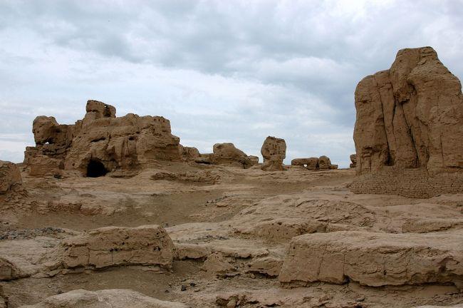 8月30日。<br />烏魯木齊滞在の2日目は、葡萄の故郷吐魯番紀行を紹介。<br />其の第3部では、「交河古城」を訪れた後、疲れた身体を烏魯木齊のホテルへと戻すだけだ。<br /><br />火焔山から干乾し状態で逃げてきたこま達は、古の文化繁栄の都市「交河古城」へとやって来た。<br />昔は蕩々と水を湛えた川に挟まれ、近代文明と経済の発達した都市が繁栄していたこの場所も、当時の戦乱と自然の退化とが伴って、今では「鄙びた古跡」としてのみ知られるだけとなった。<br />