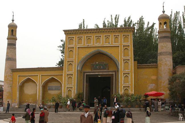 9月3日。<br />南疆旅情の第1弾は、喀什(カシュガル)の艾提{及小}爾清真大寺(エイティガール大寺院)やその周辺の街並みなどを紹介。<br /><br />朝、列車の車窓から見える戈壁灘には、若干雨の跡があり、今回のパッとしない天気を恨みつつ、列車は喀什に到着。<br />南疆喀什まで来れば、流石に烏魯木齊程の寒さは感じなかったが、先日までの雨で天候はあまり良くないと言う事だった。<br /><br />目の前に広がるベージュ色の世界や、鬚もじゃのアラブ系の顔つきをした中国人を目の当たりにして、クニクニは目を丸々とさせていた(・・・気がした)。<br /><br />では、エイティガールと維吾爾人の生活の様子などをお楽しみ戴きたく。