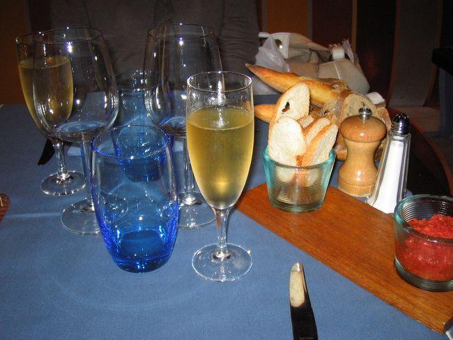 お勧め度:★★★★☆<br /><br />パリに来て初めて、本格的なレストランでの料理に舌鼓をうちました。<br />もちろんフランス料理です。<br /><br />とはいっても、ミシュランで星がついているような高級店にはお金的に厳しいので、<br />もう少しで星がつくかも?といわれている評判のお店に行きました。<br /><br />HAUSSMANN(セーズオスマン)というお店です。<br /><br />星がついていると服装もフォーマルなカッコをしていかないといけないので、私的にはこっちの方が気楽でいいです。<br /><br />さすがに、それなりのお店で、ウェイターのサービスが行き届いていて大満足です。<br />フランスのお店はサービスが良くないとよく言われていますが、こちらがそれなりの対応(挨拶&お礼)をちゃんとしていれば、気さくに&丁寧に応えてくれます。<br />幸いにも、滞在期間中でムッとさせられた事は一度もありませんでした。<br /><br />アメリカとは違って、どこで食べてもなかなかおいしいです。<br />結果的には、お金と日程の関係で、ディナーはこのレストランにしか行けなかったのですが、他にもおいしそうなお店がいろいろとありました。<br /><br />きちんとしたスーツを持っていって、三ツ星レストランに行ってみるのもいいかもしれません。<br />高いお金払うだけの価値はきっとあると思います。<br />(ただ、今はユーロ高なので、日本に比べてもものすごく物価が高いです。)<br /><br />次回パリを訪れる時は三ツ星にチャレンジするぞ!!!<br /><br />【場所】<br />アンバサダーホテルの一階<br /><br />【予算】<br />約40〜60ユーロ