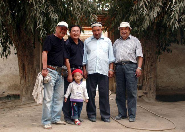 """9月9日。<br />砂埃が少し晴れてはいたが、やはり相変わらずの砂テント。<br /> <br />今日は夕方に喀什へ引き返す日。<br />その前に「維吾爾民族風格」を体験すると言う事で、韓さんの兄貴の息子、小丁のセッティング。(風格:""""気分""""の中国語)<br />小丁は喀什の政府書記で偉い人。<br />前日の霍什拉甫郷(フォスラップ村)山岳地帯へのチェロキーも、この人の融通で出して貰えたものだ。<br /> <br />その後は、戻る途中に莎車の花帽子と、「英吉沙」で維吾爾ナイフを見繕う予定。<br />さてさて、半ば珍道中を含ませながらの喀什への帰路も含めてご覧あれ。<br />"""