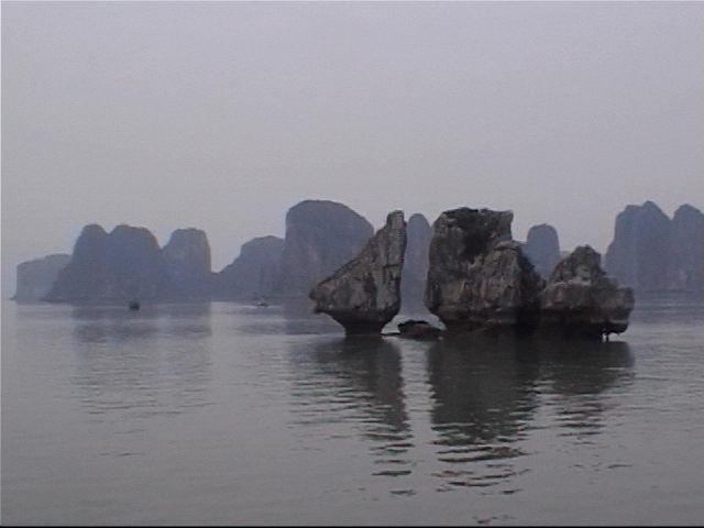 ハロン湾クルーズ<br />https://www.youtube.com/watch?v=ok9J6EepMa4<br /><br />ハロン湾(世界遺産)⇒ハ(龍)ロン(降りる)⇒龍が舞い降りてきて火をふいて中国からの侵略を防いだとも言われています。<br /><br />東南アジア方面に来るとどこも運転が荒っぽくなりますが、ここは制限速度はしっかり守ってました。(違反者は罰金をしっかり取られるようです。)<br />ただオートバイの非常に多い国なのでそのオートバイを避けるように車がほとんどセンターよりに走っているのが気になりましたね。対向車と衝突するのではと思いますが、そこは慣れてるんでしょう直前のところでうまいこと避けますので問題はありません。<br />ハロンですが専用バスでハノイから途中1ヶ所トイレ休憩を挟んで約3時間半で到着。<br />ここからハロン湾クルーズのスタートとなります。3000近くあると言われる奇岩(石灰群)はまさに水墨画の世界(石灰岩台地が沈降し、侵食作用が進んで、現在の姿となったもの)これに鍾乳洞を見て周るコースですが、途中水上に浮かぶ家などや漁船もあわせて見ることが出来ます。行って帰るまでに約3時間位のコース<br />