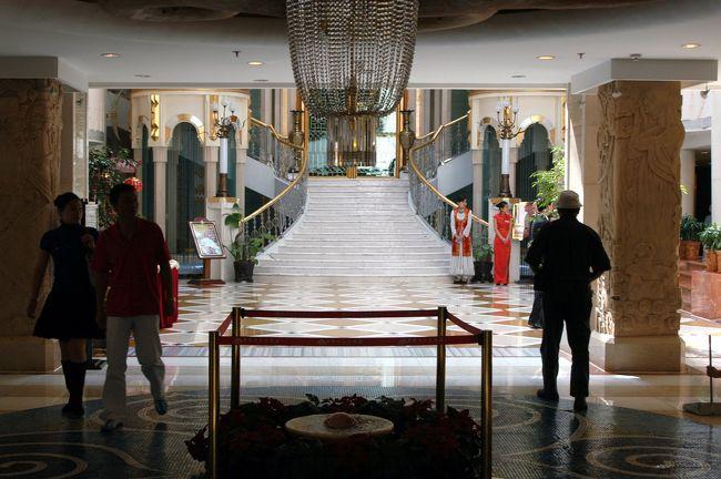 9月15日<br />とうとう最後の日が訪れた。<br />明日からの48時間上海への旅を考えると、しみじみと感傷に浸る事も難しいのだけど。<br /><br />爺ぃの女性友達から、昼食にホテルのバイキングに誘われた。<br />4星ホテルのカフェにあるバイキングで、外部からの客が殆どという、烏魯木齊では結構有名な所らしい。<br />彼女は薛主席現役時代に秘書だった人で、退職後も親しくしてくれる方。前々からのお知り合い。<br /><br />夕食は、昨日約束していた薛主席による晩餐会。<br />久しぶりの烏魯木齊訪問で、かなり舞い上がっているような感じの薛主席。<br />色々考えた挙げ句、最近福建から帰ってきたと言う、福建で一旗揚げた絵描きさんとの会食をセッティングした。<br /><br />爺ぃの性格を知っているこまは、ちょっと嫌な予感がした・・・・・。