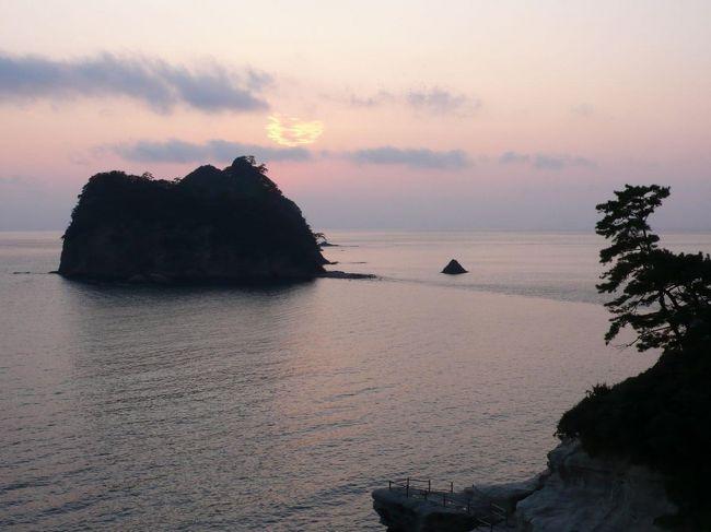 1日目の泊まりは堂ヶ島です。東伊豆と比べて静かな風情が漂う温泉宿。海岸線沿いに建てられた宿からは何も遮るものなく点在する小さな島々が見えます。こちらで大きなお風呂に浸かった後は部屋食で海の幸を堪能しました。<br /><br />西伊豆町観光ガイド<br />http://nishiizu-kankou.com/<br />