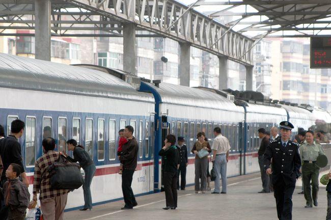 9月16日<br />今日、この日で新疆とお別れ。<br />14時55分の上海行きT54/51次列車で新疆とさようならする。<br /><br />48時間13分。<br />この数字はクニクニも一生忘れないだろう。<br /><br />上海行きの列車は、烏魯木齊発はT54次となるが、複数鉄路区間の連結なので、鄭州-上海間からT51次に変わる。<br />こう言うタイプの連結は、中国では日常茶飯事なのだが、出発時は「T54次」表示なのに、到着したら「T51次」になっており(鄭州を過ぎたら変わっているが)、知らない人は不思議そうにする。<br /><br />出発日は烏魯木齊~哈密~柳園(深夜1時)まで。