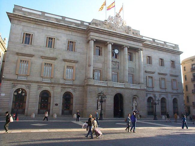 サン・ジャウマ広場にあるきれいな建物が、バルセロナ市役所です。<br /><br />詳しいこと:<br />https://www.catalunya-kankou.com/barcelona/gothic-quarter-barcelona.html#cityhall