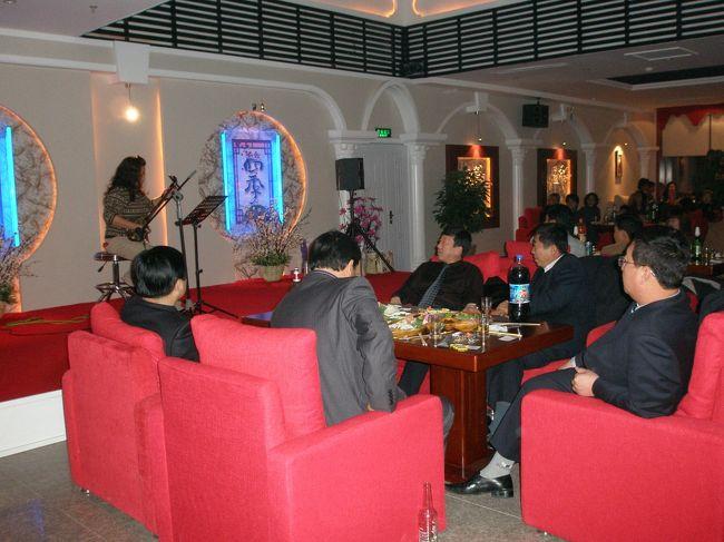 """2006年12月02日(土)、延辺日本人会・忘年会がスカイラウンジ北国の春で開催されました。招待客を含め約50名が参加し日本人会1年の締めくくりとなりました。<br /><br />延辺日本人会 忘年会<br />日 時:12月2日(土)17:00<br />場 所:成宝ホテル16階 """"スカイラウンジ 北国の春""""<br />    http://www.sungbo.com.cn/index.htm <br />会 費:日本人会会員及び関係者 10元、非会員 40元<br />連絡先:日本人会事務局 電話0433−273−8336<br />    http://yanbian.fan-site.net/event/event.htm"""