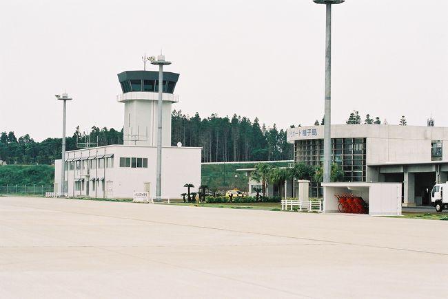 【レグ2→http://4travel.jp/traveler/jillluka/album/10109251/】からの続き<br /><br /><5月15日鹿児島空港8:35離陸 新種子島空港9:40着陸><br /><br />本日最初のレグは鹿児島空港から、3月16日に開港したばかりの新種子島空港へ。<br />今日は新種子島も含め5つの空港、飛行場に寄って最終的には長崎まで行くハードスケジュールなのですが、この空港達が運航面からみるととてもバラエティに富んでいて面白い、少しマニアックになりますが・・・<br /><br />まず鹿児島空港、長崎空港・・・もういわゆる空港、管制塔がありもちろん航空管制官がいる<br /><br />次は新種子島空港・・・ここは管制塔はあるけど管制官はいない、代わりに航空管制情報官がいる<br /><br />そして屋久島空港・・・ここは管制塔もなく、管制官、情報官ともにいないが、無線がリモートで鹿児島空港の情報官とつながっている<br /><br />お次、薩摩硫黄島飛行場、枕崎飛行場・・・ここは管制塔、管制官、情報官全てない<br /><br />で、天草飛行場・・・ここも管制塔はなく(建物としてはそれらしいものがある)、管制官、情報官もいないがフライトサービスというのがある<br /><br />それぞれの運用面での違いはおいおい空港毎に説明していこうと思います。<br /><br />さて旅行記に戻ります。<br />国交省鹿児島空港事務所に飛行計画書を提出し、エプロンをスポット19−Aまで歩く、目と鼻の先に昨日ホテルからずっと見ていたYS-11が駐機している、こういうアングルで撮影できる機会ももうないかもしれないので少し逆光気味だが撮っておく。<br />今日はすごく視程が悪い現在6km、有視界飛行ぎりぎりの状態、鹿児島空港RWY(滑走路)34を離陸左旋回し、桜島の西側を通るつもりなのだが、まだ全く桜島の姿は見えない。<br />鹿児島TCA(鹿児島空港のレーダー管制)にコンタクトしレーダーモニターを依頼し、しっかりと下の地形を確認しつつ加治木まで進むとうっすらと桜島が勇姿を現し始めた、せっかくの機会なので危険のない範囲で御岳の付近を通過してみる、絶景。<br />垂水まで来ると鹿児島TCAから鹿屋レーダー(自衛隊鹿屋航空基地のレーダー管制)に管制が移管、鹿屋の管制圏に入らないように鹿児島湾の上を誘導される。<br />根占付近で大隈半島に上陸、戸崎で大隈海峡に抜ける。<br />ここから約20マイル程は島もなく、今日は視程も悪いため新種子島空港の無線電波を頼りに海上を行く。<br />10分もした頃、前方左手に馬毛島の島影、さらに前方に種子島の島影が見えてくる、そのまま西之表で種子島に上陸した。<br />さて先ほど書い通り、新種子島空港には管制官がいなく情報官がいます。この両者の差は・・・<br />管制官は飛行機に対して指示や許可をすることができる。<br />情報官は飛行機に情報を伝達する(アドバイスはできるが指示や許可ではない)<br /><br />なので新種子島空港では着陸許可(管制官の「CLEAR TO LAND」の言葉)はなく情報官より「滑走路に障害はないよ(RUNWAY IS CLEAR)との情報がくる、あとはパイロットの判断で着陸する。<br />しかし今日はほんとに視界が悪く、すぐそこに空港があるはずなのに見えない、不安にかられながらそろりそろりと空港があるだろう方向に歩を進める。見えた、ほっとする。<br />RWY13に無事着陸、新しい空港なので滑走路のマーキングもきれい。<br />アサインされているスポットは小型機用の3−A、でもまだ標識が建ってないとのことで、管制塔から見ている情報官さんに誘導してもらう。<br />さあ、一休みして次は屋久島に向かう。<br /><br />セスナで行く九州【レグ3】鹿児島空港→新種子島空港 終<br />【レグ4】新種子島空港→屋久島空港→http://4travel.jp/traveler/jillluka/album/10110038/に続く<br /><br />
