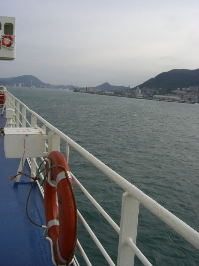 8月初めに福井県は伏木港から日本を離れ、ロシアへ向かった。<br />そして今、山口県下関から帰国。ぐるっと往復。いや、一周?<br />とりあえず、移動移動やった。シベリア鉄道、トルストイ号、メロディア号…フェリー、鉄道、バスと様々な手段を利用し、バルト3国まで。モンゴルと中国も立ち寄り、青島からユーラシア大陸を離れ、3日目の朝、日本が、本州が見えた。伏木と比べると、ちゃんとした建物の中に税関もあり、立派な港。駅へも近い。でも、入国スタンプがガチャン!ではなく、ポン!と、朱肉を自分でつけて押してくれたのが、なんだか良かった。