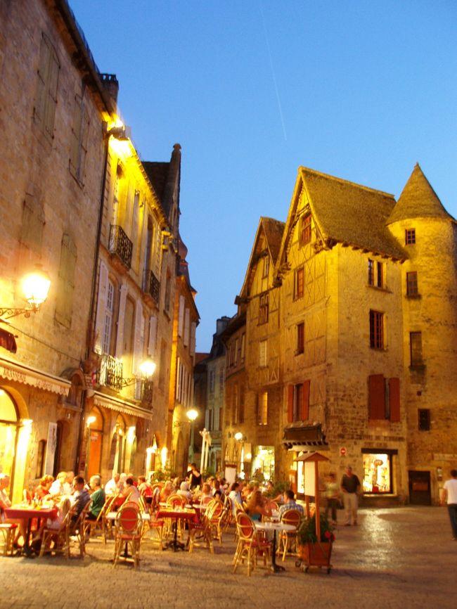 フランス南西部、美食材の宝庫ペリゴール地方の田舎に個性的な建物が建ち並ぶ町『サルラ』がある。旅行前から好奇心をかきたてられ、どうしても訪ねてみたかった町。観光地らしく作り込んでいる気配はあるものの、思い描いていた期待を全く裏切らなかった!シブすぎる。<br /><br />※交通アクセスについては別の旅行記に記載していますので宜しければご覧下さい。