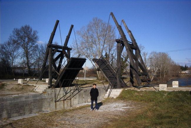 ゴッホの跳ね橋を観光に。<br /><br />地図を見ながら跳ね橋探し、<br />迷いに迷って原っぱの中に発見!<br /><br />ん〜跳ね橋以外<br />周りに何もないじゃん。。。<br /><br />ちなみに跳ね橋の絵を見たのは<br />フランスから帰った後でした><
