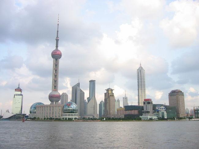 上海の観光名所 外灘(ワイタン)からみた浦東(プートン)方面の景色。