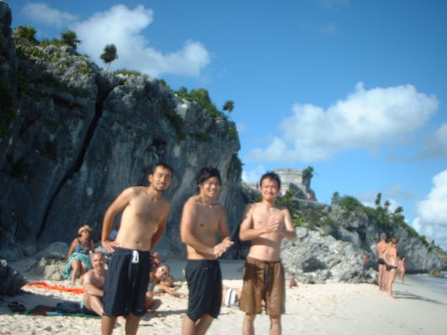 カンクンのホテルゾーンのビーチでは残念ながらトップレスを発見することはできなかった。そこで我々、探検隊はカンクンから約2時間30分離れたトゥルムという遺跡のビーチにやって来た。目的は、未開拓のトップレスのオッパイを探すためである。<br /><br /> 天気は良好。海はとても澄んでいて綺麗。遺跡とビーチの情景はばっちり。んが、期待とは裏腹にトップレスなんていやしない。どちらかというと家族連ればかりだ。<br /><br />「た、隊長!トップレスなんていやしません。」<br /><br /> わかっちょる。まったく若い隊員たちはせっかちで困る。果報は寝て待てだ。チャンスは必ず訪れるはず。<br /><br /> 僕は海に入り、ずっとボディサーフィンをしばらく楽しんでいた。とはいえ、ビーチを凝視する目線は外さない。<br /><br /> するとその間に隊員がトップレスのオッパイを見たという。波でブラがずら下がったところを偶然に見ることができたらしい。<br /><br /> なんだと?隊長の僕を差し置いて。ちなみにどの人だ?教えなさい。一応、顔だけは確認しておこう。隊員の指差す方向へ行き、よくよく顔を見てみると、かなりおばちゃんではないか。<br /><br />「残念だな。かなり年老いていたようだ。よって減点1。」<br /><br />負け惜しみであるが、これも隊長の権限である。<br /><br /> その後、かなり粘ってみたが、トゥルムビーチでオッパイを見つけることはできなかった。日も暮れかけ、人もほとんどいない。諦めて撤退する途中、僕はやっとオッパイを見つけた!<br /><br />「隊長、いくらなんでもそれは反則ですよ。まだ5歳ぐらいの子供じゃないですか。」<br /><br /> わかっちょる。わかっちょる。確認しただけじゃない。トゥルムビーチでの戦績は全員0ということにしておこう。<br />
