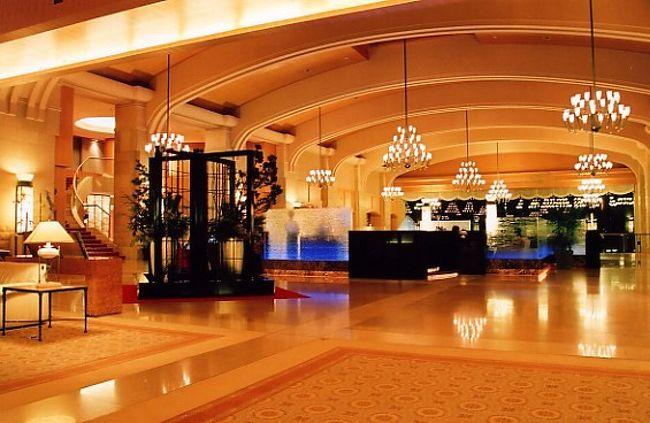 「ザ・ウィンザーホテル洞爺」は、洞爺湖と内浦湾の両方をを見下ろす山の上に建てられたホテルです。建物や内装、食事から周辺の眺望に至るまで贅が尽くされ、とくに夜の雰囲気は特別のものがあります。<br /><br />朝食は「天川」の美味しい和食と「ギリガンズアイランド」でのシャンパンブレックファスト。雪景色を見ながらの格別な食事でした。<br /><br />スキーは1コースのみでしたが、初級者としては満足でした。スタッフは親切ていねい。山泉の露天風呂も良かったです。昼食は達磨とレイクキャビンで下に降りたところのイタリアンへ。夕食は天川と杜氏賛歌、それぞれ凝っていて満足でした。<br /><br />客室の廊下でスタッフが宿泊客と出会うと、必ず宿泊客が通るまで脇で待ってくれて、ていねいに挨拶、さすがでした。<br /><br />かつては某都市銀行を巻き込んだ一件もあり、様々な話題がありました。600億円以上もの巨額が開発に投資されただけあって、一見に値するホテルですが、いまは「The Leading Hotels of the World」のホテルとして世界的なホテルでもあります。<br /><br />もう廃刊になってしまったが『The HOTEL』という月刊誌で何度も特集が組まれたことをふと思い出しました。