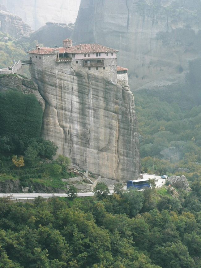 10月27日は8:50アテネ・ラリッサ駅発列車で、長年見たかったメテオラ訪問のためにカランバカに向かう。列車は40分遅れて14時着。メテオラの奇岩群には9世紀頃から人が住み始め、岩山の上から神との交信を試みたとのこと。14世紀には侵攻して来たセルビア人から逃れて多数の修行者が共同生活を始め、1356年に最初のメガロ・メテオロン修道院が建設された。その後、最盛期には24修道院に達したが現在は6修道院を残すのみとなっている。列車内で知り合った日本人女性とタクシー(8ユーロ・1200円)に同乗しメガロ・メテオロン修道院(2ユーロ・300円)へ。14世紀に534mの岩場の上に建てられたメテオラ最初で最大の修道院。宗教画の部屋、修道士の納骨堂、博物館、展望台などがある。良くこんな険しい岩の上に修道院を建てたものだと思う。メテオラの奇岩に築かれた修道院を見るとイスラム教徒からの迫害から逃れて奇岩に岩窟教会を築いたトルコのカッパドキアを連想する。世界の宗教遺産を見ていつも思うのだが、清廉潔白な宗教心は人間の信じられない力を引き出している。2つ目のヴァルラーム修道院(2ユーロ・300円)は16世紀のフレスコ画が見事だ。3つ目のルサヌー修道院(2ユーロ・300円)は女性らしく清楚な尼僧院。メテオラでは人間の宗教心が生み出す想像を絶する力をまた見せてもらった。ここで時間切れになって駅まで歩く。駅から近いと思っていたのだが、意外に遠い。1時間以上、道を尋ねながら歩いて17:34カランバカ発列車に乗ったのはぎりぎり。帰路は遅れること無く22:10アテネ・ラルッサ駅に戻った。<br />(写真はルサヌー修道院)<br />
