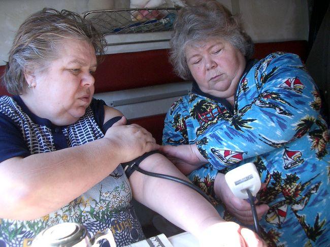 『****様<br /><br />まったくシベリア鉄道ってヤツは、不思議に楽しいロシア世界です。陽気なガーリャ、バーリャ姉妹とともに血圧を計ってみました。130/80。至って健康です。<br /><br />イルクーツクから一緒に乗っていた夫婦は、実は他人ということに気が付いたのは一晩明けてからでした。夕食を別々に食べているあたりで気付くべきだったのですが。彼らは夕食をそれぞれ持参していました。大きなタッパの中には、茹でたジャガイモ、茹でた鶏が目一杯に詰まっているのです。毎食少しずつそれをむしって食べていき、降りる駅の前の食事でちょうどそれを食べ切ってしまうという鮮やかな計算。<br /><br />一方、若者コンスタンチンの夕食は、ペヤング様の四角いカップラーメンを車掌から買い、ケータイをカチカチしながら待つこと10分。「フォークが無い」というので100円ショップで買ったキティちゃんの割り箸をあげたのですが、極東ロシアの人々ほど馴染みが無いらしく、結局フォークを貸してあげました。「これでもか」というほどスープの浸み込んだ麺をポロポロと掬い上げながらケータイをカチカチ、、、コンスタンチンの夕食風景です。<br /><br />そして僕自身の夕食は、懲りずに食堂車へ行ってみました。イルクーツクまで乗った列車と違ってバイカル号のそれは、きれいな青いテーブルクロスときちんと並べられたフォーク、お皿でひと味違う雰囲気です。もちろんボーイには英語が通じませんので、出されたメニューのキリル文字ひとつひとつと格闘していると、身体が横に大きい女性が登場してきました。<br /><br />「チキン?ストロガノフ?ボルシ?」<br /><br />どうやら食堂車のボスのようです。この3つから選ばないといけないような感じでしたので、焦って「ストロガノフ。」と注文してしまいました。お昼に30分停車した駅の食堂でストロガノフを食べていたのに。