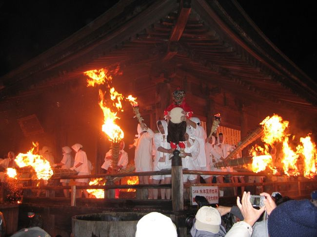 愛知県岡崎市の山間にある、源頼朝ゆかりの滝山寺(たきさんじ)で、毎年旧暦1月7日に近い土曜日に行われる「鬼祭り」が今年は2月24日に行われました。<br /> 岡崎市のホームページによると、祭り自体は午後1時の寺宝展から始まるそうですが、この祭りのメインは午後7時45分ごろから行われる「火祭り」です。祖父面、祖母面、孫面を着けた鬼が登場し、白装束の男たちが火のついた大きなたいまつを振り回します。火祭りが行われるのは、本堂。重要文化財になっている本堂が炎に包まれます。五穀豊穣、無病息災を祈る祭りです。