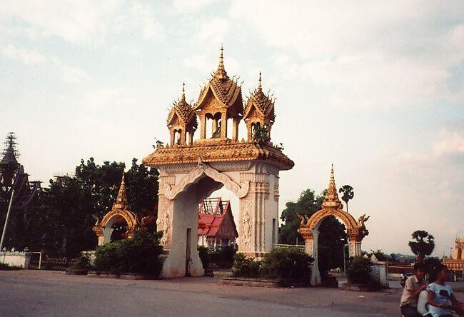 インドシナ半島のラオスは周囲をヴィエトナム、中国、タイ、カンボジア、ミャンマーの5カ国に囲まれた内陸国。 1949年7月19日に独立した仏教徒が95パーセントの素敵な国です。 州都のヴィエンチャンはメコンに咲いた月の都と呼ばれ、60万人が住んでいる世界でも小さな部類に入る首都です。 ほっとするチャーミングな町です。