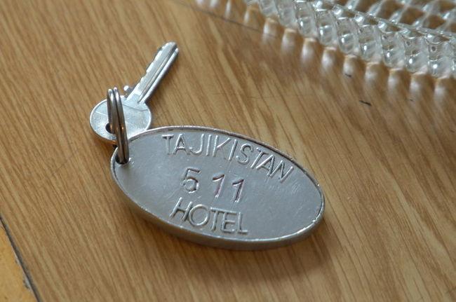 100%ソヴィエトスタイルのホテル、1976年から営業、100室を超える大ホテルであり、国の名前がホテル名になっていることから、この国で最も良いホテルであったと思われる。ソヴィエト崩壊後15年を経過するも建物、サービスともソヴィエト時代と概ね変わっていない。<br /><br />暗くなってから到着したので場所がはっきりしなかったが、タジキスタンホテルはドゥシャンベの中心に位置し、ぶらぶらと散歩するのに良いロケーションだ。一泊50米ドルはオーバープライスとの評価が多い。1週間以上の長期の場合は10%は割引が可能となるようなので交渉してみる価値はある。<br /><br />部屋の構成はソヴィエトの時代のインツーリストホテルと同じデザイン、バスルームにシャワーブースが無いのでそのままバスルームを使用するとビショビショになってしまうがお湯の熱さと水量は十分だ。<br /><br />ベッドはこれまたソヴィエト規格なのか、東ヨーロッパやドイツでも見られたが、私程度の身長でも足が出てしまうようなサイズだが、コンパクトにまとめられている。二人は到底一緒には寝られないな。だが決して寝心地が悪いベッドということでない。<br /><br />照明はベッドサイドとも白熱(裸)電球だがやや暗いが慣れれば問題ない。湯沸し器(ケトル)と紅茶・コーヒーが容易されているのでわざわざルームサービスをお願いしなくてもよい。機能的には優れている。<br /><br />窓際にデスクがある、サイズは小さめだが備わっていることが重要なので、これまた機能的と言わざるを得ない。<br /><br />給湯:給湯器(ギザ)がバスルームに設置したタイプ。<br />暖房:中国製オイルヒータ、真冬はこれでは足りないかも。<br />冷房:窓枠に旧式の冷房が付いているが動くかどうか不明。<br /><br />朝食は1階のレストランで食べる。このレストランもソヴィエト時代と変わらぬインテリアと食事、コーヒーはインスタント。ロシアの湯沸し温水器、サモワールが備わっている。<br /><br />現在、全ての部屋を使っているわけではなく、改修しようとしているように見えるが、ハテサテ、何をどのようにしようとしているのか想像がつかない。<br /><br />私の泊った部屋の表は公園で見晴らしがよかった。子供用の遊園地のような施設が見えた。ベランダがあり、夏場だったら気持ちがいいことだろう。<br /><br />廊下側は、ソヴィエト時代各階で鍵を受け取る人(デジュールナヤ(worldspanさんに教えてもらいました。))の部屋だったようだが今はハウスキーパーが常駐している。洗濯物などそこへ持っていけば翌日には丁寧折りたたんでベッドの上に返却されていた。<br /><br />タジキスタンは旅行者の登録をする必要があり、概ねホテルで手続きを行なってくれるが、5ドル(はっきり憶えていない)の料金を徴収された。この季節だからなのか宿泊客はパラパラという印象だった。<br /><br />ソヴィエト時代、インツーリストホテルに宿泊したことがある人にはその回顧的な意味において非常に価値があるホテルだ。<br /><br />Tajikistan Hotel USD50/night Inc.Breakfast<br />クレジットカードでの支払いも可能だが数%のコミッションが加算されたようだ。現金払いが手っ取り早い。