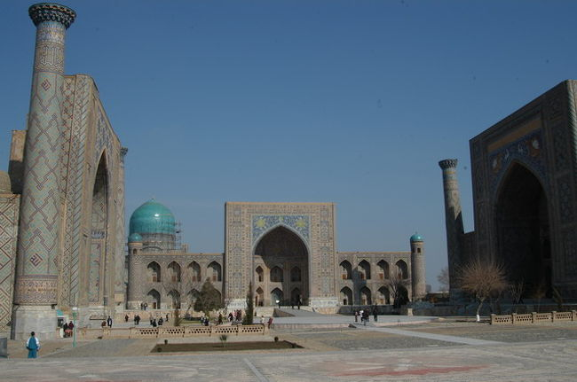 レギスタン広場からバザールまで、昨晩も来た。<br />1996年当時はイタリアの支援(UNESCO資金?)で建物が修復されつつあった。今回は既に完了しその全容が披露されていた。入場料を取るが、これも、外国人とウズベキスタン人ではことなる。外国人の場合、5000スムだっただろうか。値上げが早いと通訳が嘆いていた。時間も余裕がないことから外から眺めるだけにした。<br /><br />それからここはジプシーのテリトリーだ。車を降りて広場へ歩き始めると待ち構えている。