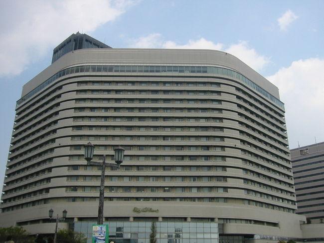 ホテルニューオータニ大阪宿泊の最後の日は、ドドーンと奮発?してJr.スィート(60平米)のお部屋にランクアップしました。<br />前泊の金額より、1万円/1日・室ちがうのですが、ラージタイプの眺めが良かったせいか、景色のグレードダウンと部屋は広くなっても、お風呂が狭いという2点から、今ひとつ気分が盛り上がらない。。。<br />確かにインテリアも、おしゃれなんだけど。。。お風呂って結構、私の中でポイントが高いようです。<br />景色も。。。大阪城遠くなって、外の景色眺める時間、短くなってしまったようです。<br />ちなみに、スィートタイプの部屋はゴールドキーといって、エグゼクティブフロア扱いになるのですが、ラウンジ等は特になく、<br />エグゼクティブフロアーアテンダントというスタッフに、ウェルカムドリンク(フレーバーティーかコーヒー)とモーニングコーヒーを持って来てもらうことができます。<br />あとは、インターネット料金無料、レストランを優待価格で利用できるといった付加価値がつくだけです。