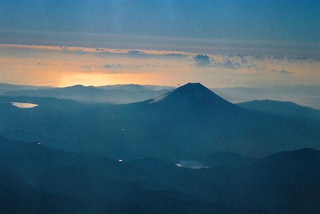 中部空港−仙台空港は富士山にかなり近寄るのである。<br />仙台へ行くときは右側の席を押さえるようにしているのである。<br />やはり、機窓から富士山が見えると気持ちいいのである。<br /><br />データ<br />2007/02/11 JC3171 名古屋(中部)-仙台<br />本体 Bessa-R3M<br />レンズ COLOR-HELIAR 75/2.5<br />フィルム Fuji Venus 400