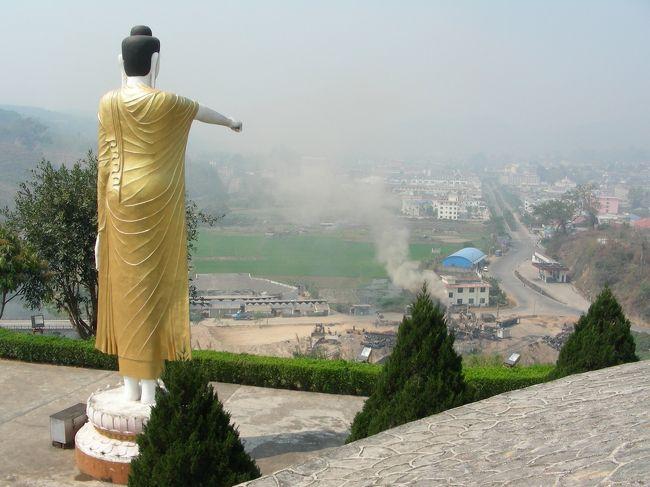 2007年4月現在、ミャンマーと中国の陸路国境は公式には開いていない。<br />(ツアーに限って、徳宏タイ族ジンポー族自治州の姐告口岸から、出入りできるが。)<br /><br />ここまで来て、どうしても国境越えに諦めが付かず、打洛(ダールオ)の中心街にたむろっているバイタクの連中や、宿のおばさんに聞くと、地元の人々は恒常的に国境など関係なく、両国を行き来しているとの事。<br /><br />国境越えのルートを教えてもらい、宿のバイクを借りて、街から街道を突っ走り、山道を越える事15分程で、そこはもうミャンマーでした。<br /><br />公式の国境は閉ざされているものの、周りには地元両国の人たちが行き来する「アジア型解放国境」のルートがたくさんありました。<br /><br />