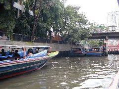 バンコクの運河で泥しぶき!