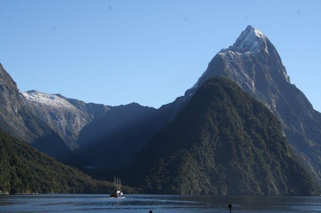 ニュージーランド南島を南北に縦断する<br />サザンアルプスの最高峰・マウントクック(3754m)と<br />氷河によって侵食された山々のダイナミックな景観の<br />ミルフォードサウンドの二つの世界遺産<br />が見たくって出かけて来ました。<br /><br />5月12日<br /><br />今回の旅の目的のひとつ<br />氷河活動によってつくられた1000m級の絶壁の景観<br />世界遺産であるミルフォードサウンドへ<br /><br />サウンドの正式名はフィヨルド<br />氷河によって侵食された山が海面から垂直に近い状態で<br />そびえ立つ景観と無数の滝を堪能して来ました。