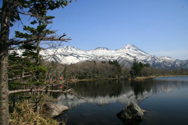 日本にも世界遺産が13ある<br />文化遺産が10ヵ所、<br />自然遺産が3ヵ所!<br /><br />北海道にはただ一つ<br />3番目の自然遺産「知床」である<br /><br />2005年7月に世界遺産に登録<br />知床半島は北海道の東北端に位置し<br />長さ約70Km、幅は基部で約25Km<br />細長い半島である!<br />20Km先には北方領土の国後島! <br /><br />「知床」は多種多様な自然環境!<br />海抜0mの見事な海蝕崖や<br />標高1600mの山岳地帯まで<br />草原、渓流、森林、湿原、湖沼など!<br />多様性に富んだ美しい自然の景観!<br /><br />森と湖に囲まれた知床五湖の!<br />遊歩道からの知床連山の眺めは<br />これぞ絶景!!<br /><br />新しい発見!大きな感動!<br />今回も素晴らしい旅だった!!<br /><br /><br /><br />詳細は<br />http://yoshiokan.5.pro.tok2.com/<br />旅いつまでも・・★画像旅行記を<br />ご覧ください。<br /><br />