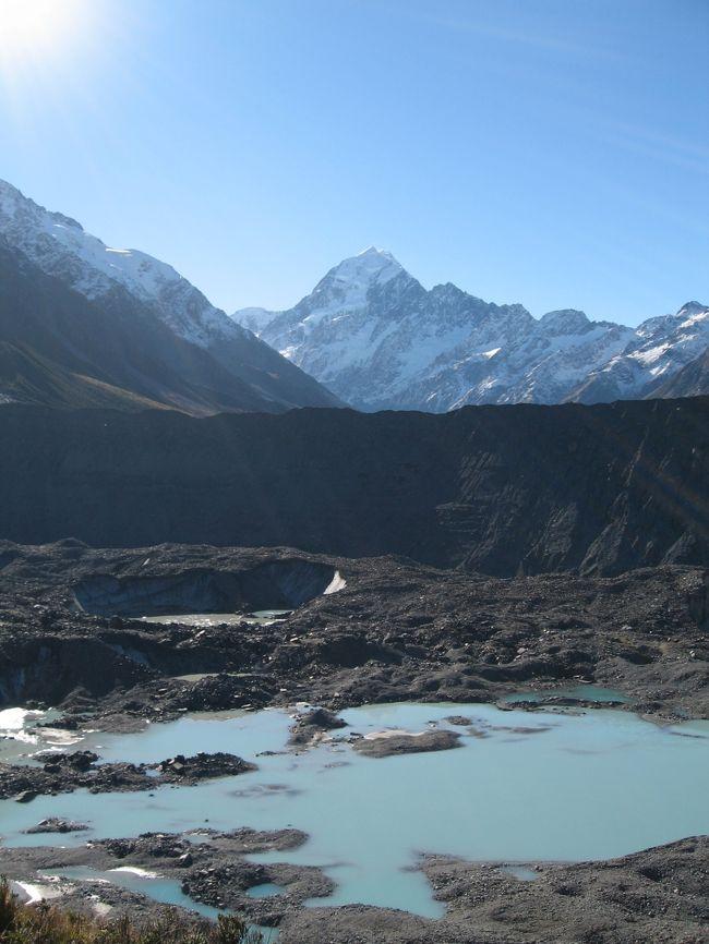 ニュージーランド南島を南北に縦断する<br />サザンアルプスの最高峰・マウントクック(3754m)と<br />氷河によって侵食された山々のダイナミックな景観の<br />ミルフォードサウンドの二つの世界遺産<br />が見たくって出かけて来ました。<br /><br />5月13日<br /><br />マオリの国ニュージーランド旅もいよいよ終盤<br />~雲を突き刺すもの~と言う意味で<br />マオリの言葉で「アオラキ」と言うのだそうですが<br />そのサザンアルプス最高峰である待望のマウントクックへ<br />