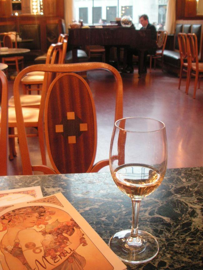 プラハといえば、パリ・ウィーンとも並ぶカフェ文化を誇る街。<br /><br />あらっ!?<br />パリも年末に行ったばかりだし、<br />ウィーンでも(1軒だけだけど)カフェにお世話になったし♪<br /><br />旅先でダイエットなど無粋なことは気にせず、<br />時間とおなかの許す限り、ここプラハのカフェに浸ろうと決意したのでした。